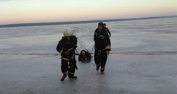 Два рыбака провалились под лед на Витебщине. Спасли одного