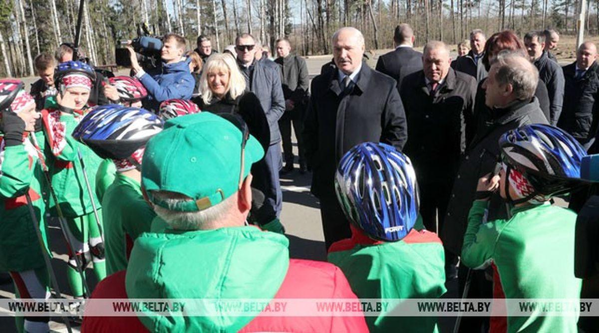 Александр Лукашенко посещает лыжероллерную трассу в агрогородке Мир в Барановичском районе. Фото: belta.by