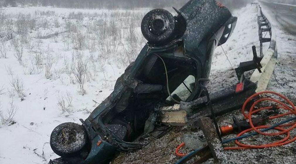 Nissan врезался в отбойник и перевернулся в Городокском районе, погибли два человека (фото)