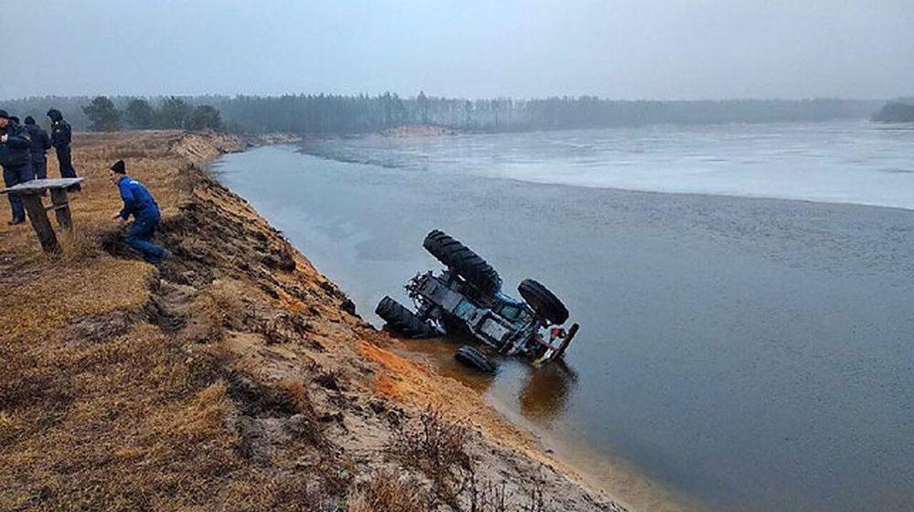 Трактор съехал с дороги в реку в Лоевском районе, погиб тракторист