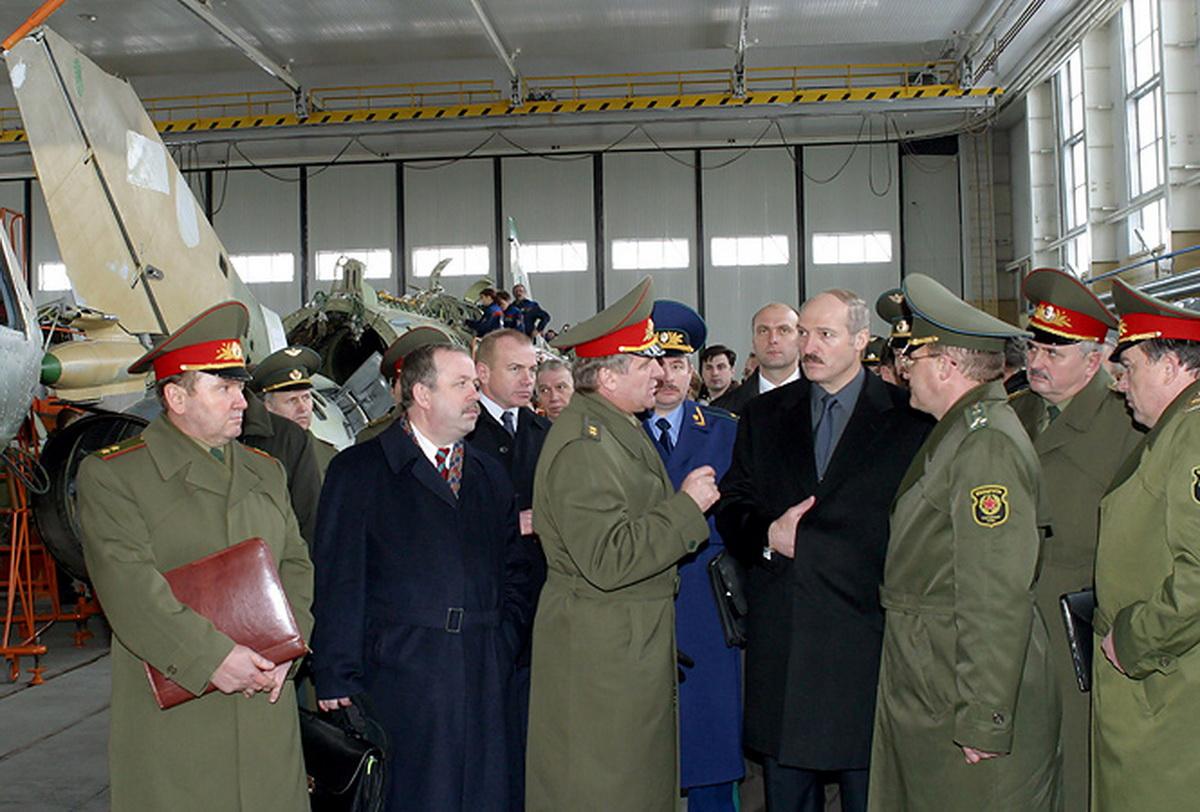 9 апреля 2003 года. Александр Лукашенко посетил РУПП «558-й авиационный ремонтный завод». Фото: president.gov.by