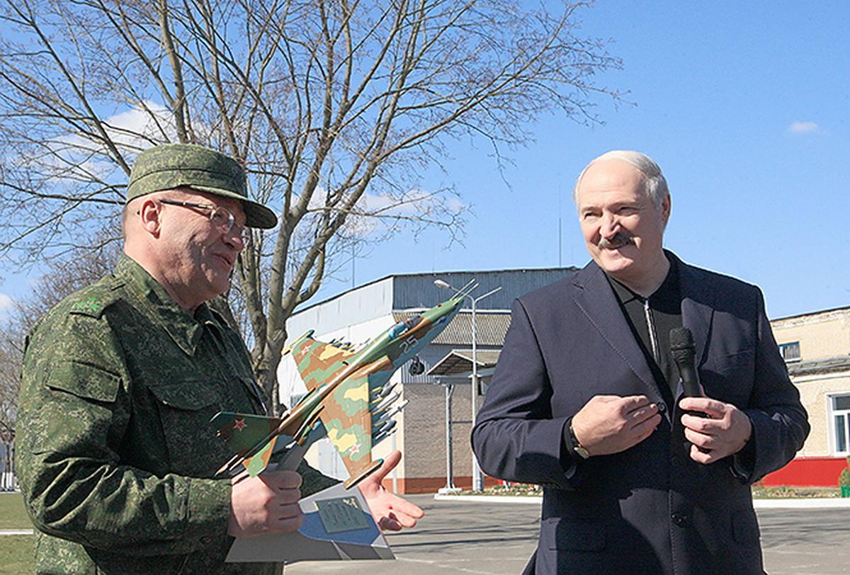 2 апреля 2014 года. Александр Лукашенко во время посещения авиаремонтного завода. Фото: president.gov.by