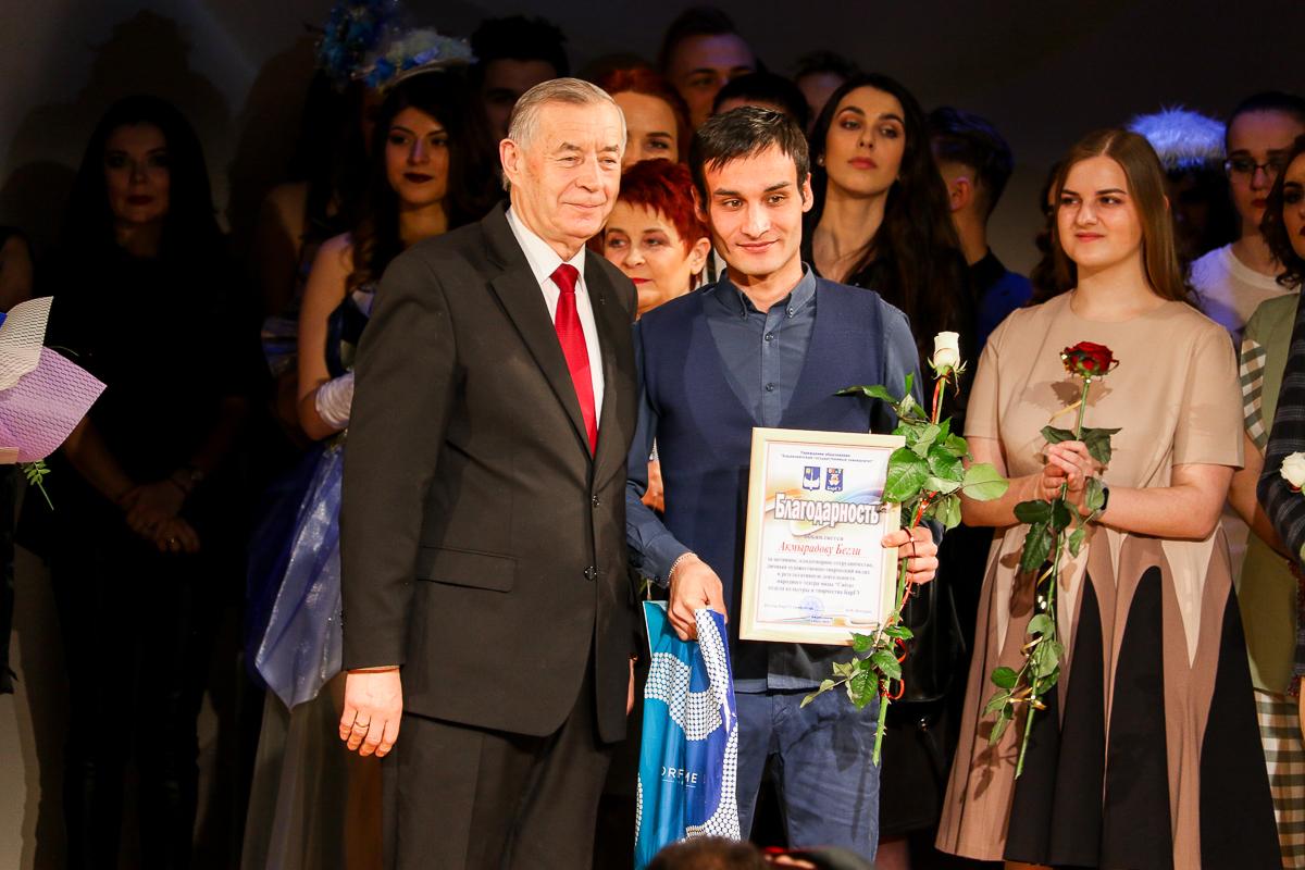 Ректор БарГУ Василий Кочурко и Бегли Акмырадов. Фото: Александр ЧЕРНЫЙ