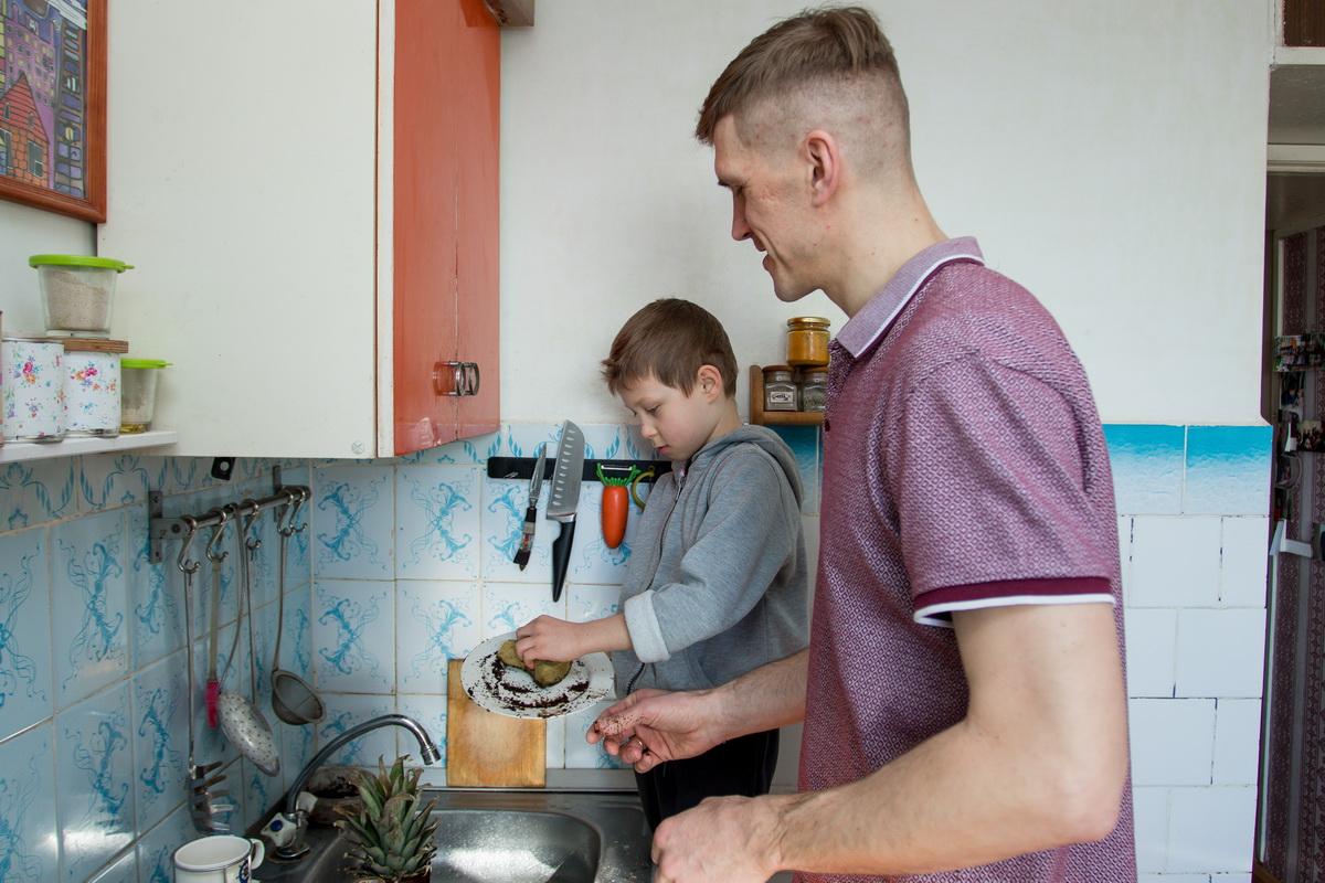 Андрей Ефимчик считает, что помощь по дому – это обязанность ребенка, поэтому за вымытую посуду своему сыну Мирославу  он не платит.  Фото: Александр  ЧЕРНЫЙ