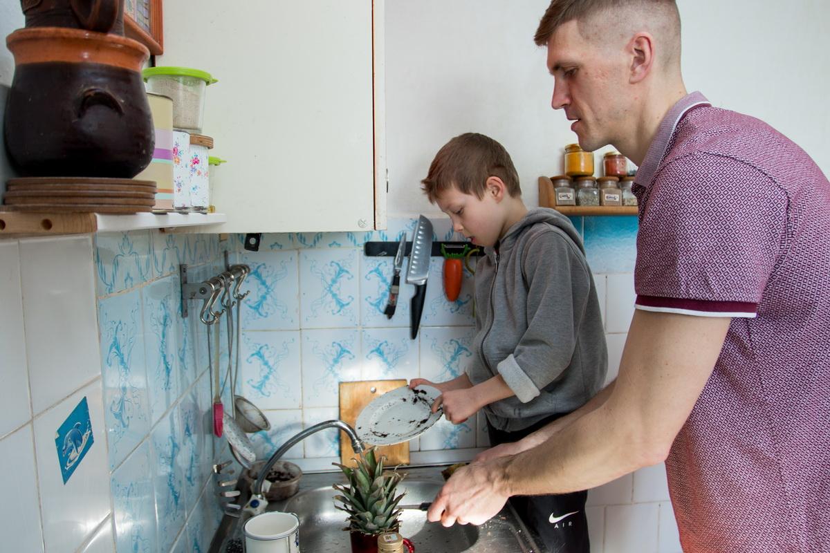 Мирослав часто помогает родителям по дому. Фото: Александр ЧЕРНЫЙ