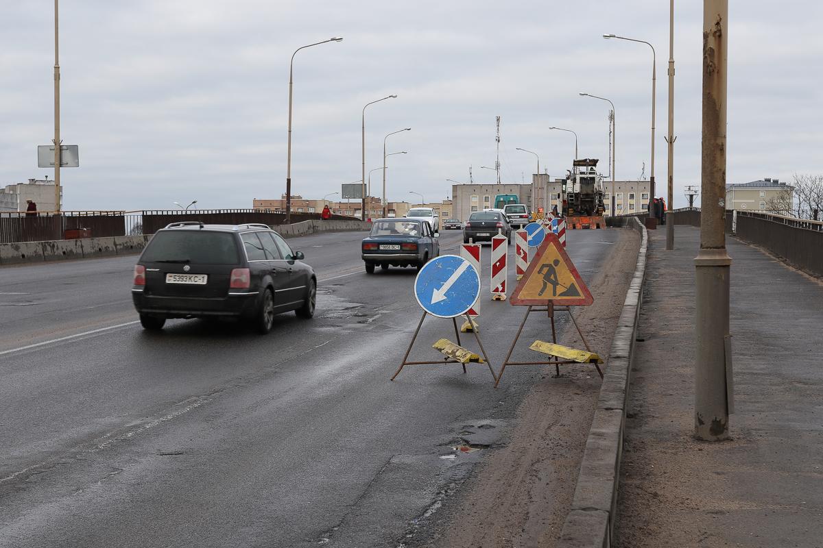 5 марта перекрыли одну полосу путепровода на улице Ленина. Фото: Александр ЧЕРНЫЙ