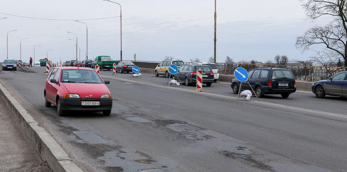 Пробки на Полесском путепроводе 7 марта. Все фото: Александр ЧЕРНЫЙ
