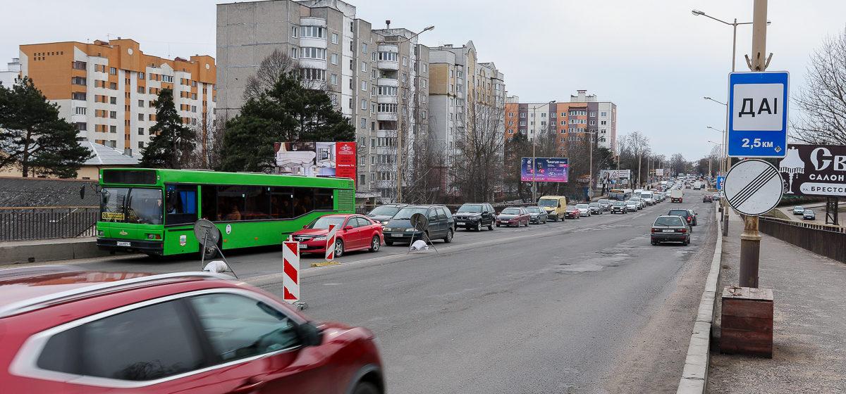 Пробки на Полесском путепроводе 7 марта. Фото: Александр ЧЕРНЫЙ