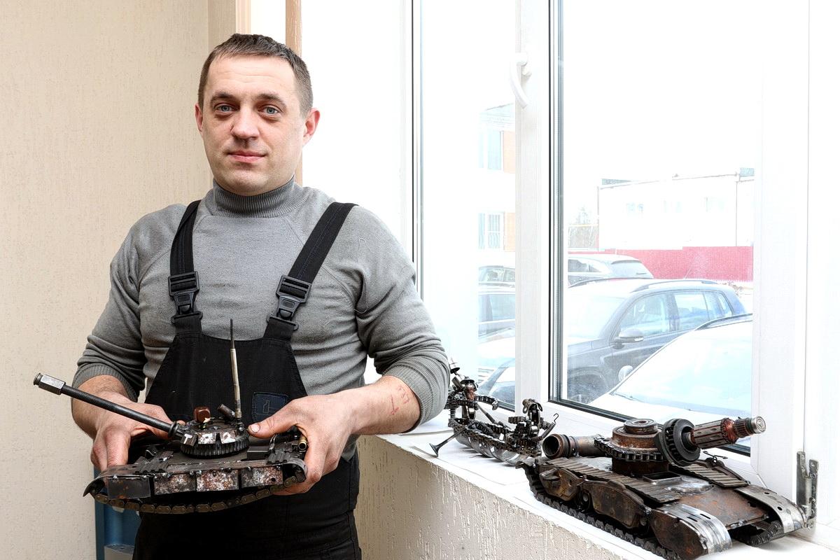 Павел Говша создает фигурки из автозапчастей. Фото: Александр ЧЕРНЫЙ