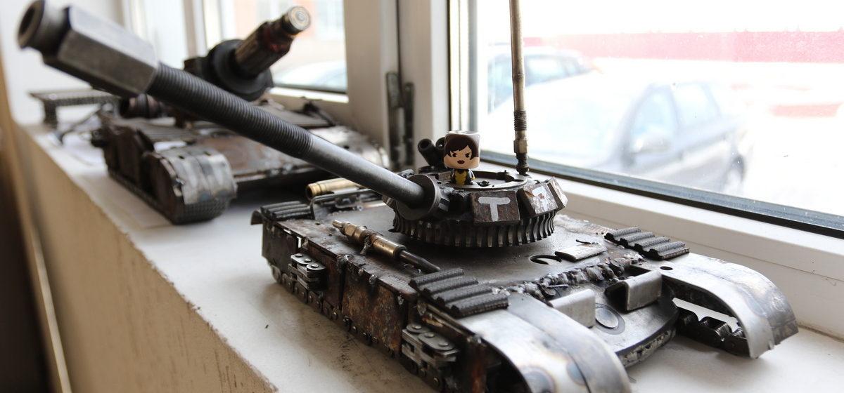 Необычные статуэтки из старых автозапчастей создает механик в Барановичах. Рыцари, драконы, танки и принцессы