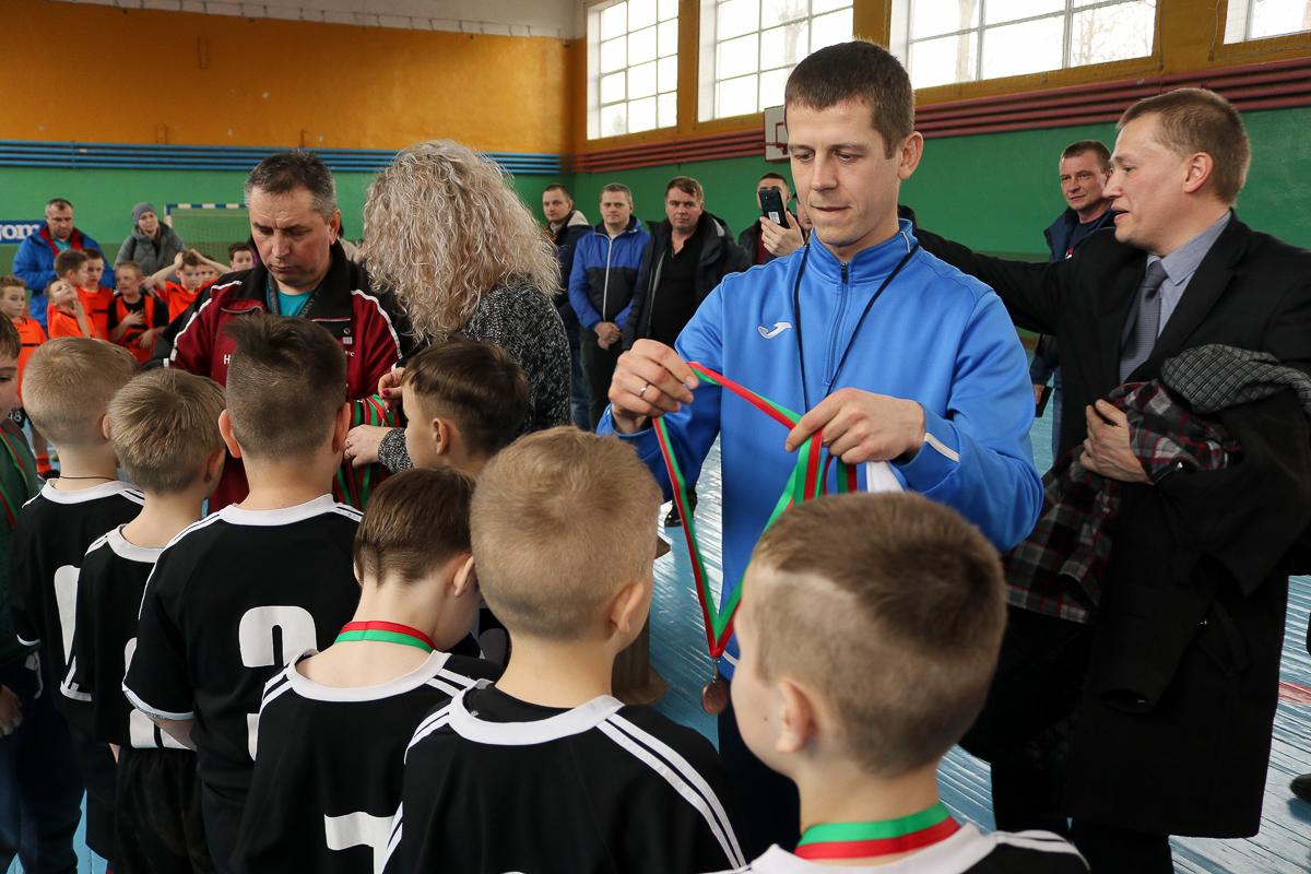 Андрей Бельский вручает медали. Фото: Александр ЧЕРНЫЙ