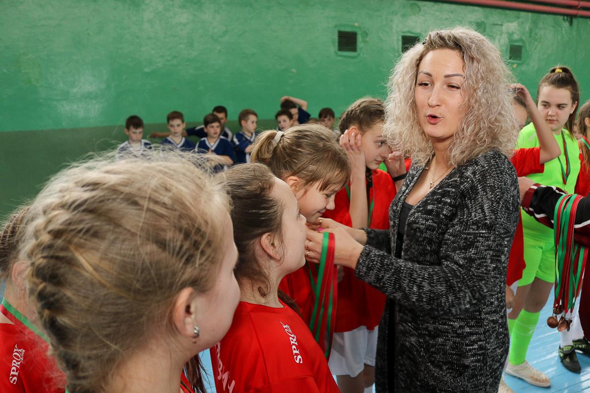 Алеся Плавская награждает медалями команду девочек. Фото: Александр ЧЕРНЫЙ