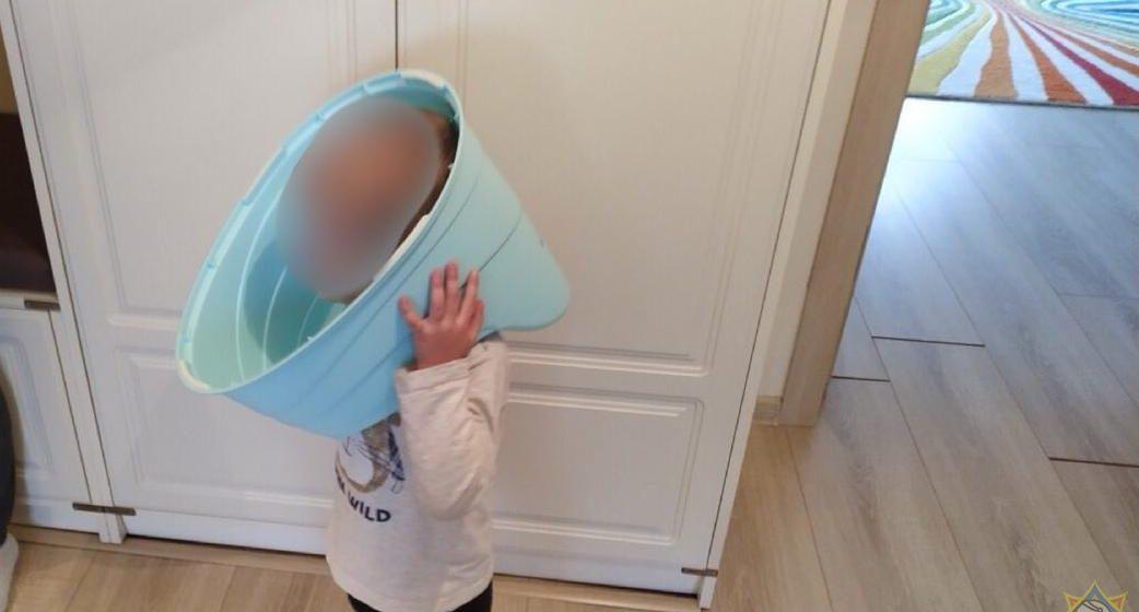 Ребенок засунул голову в горшок, а достать не смог. Помогали спасатели