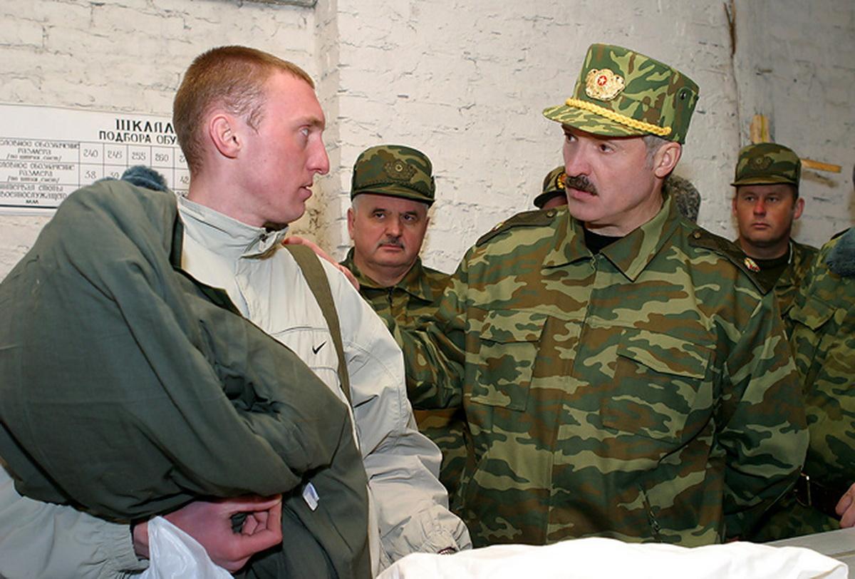 2005 год. Визит Александра Лукашенко на 28-ю базу хранения вооружения и техники. Фото: president.gov.by