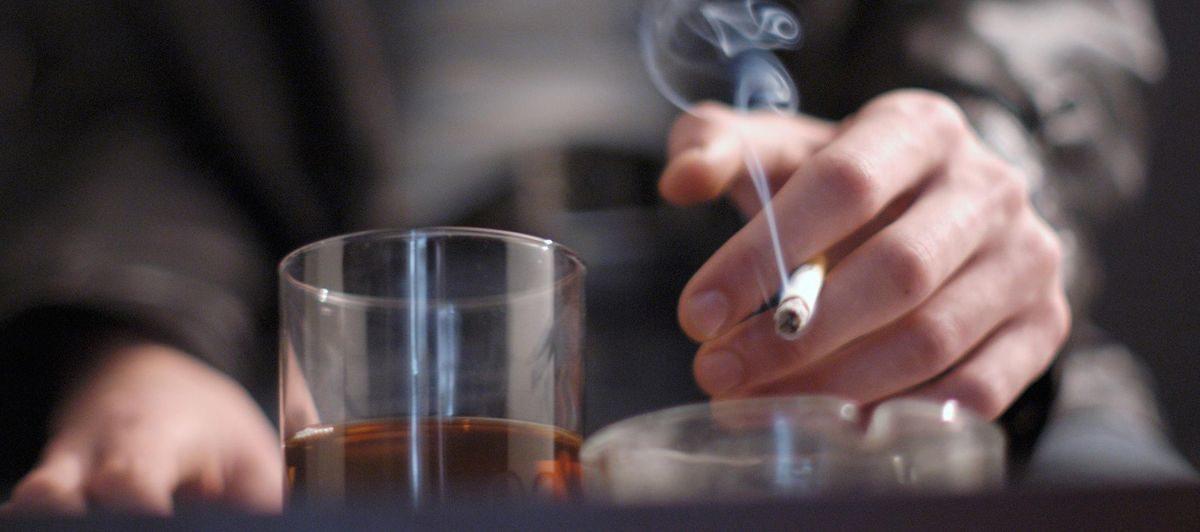 Ученые подсчитали, что вреднее: пить или курить