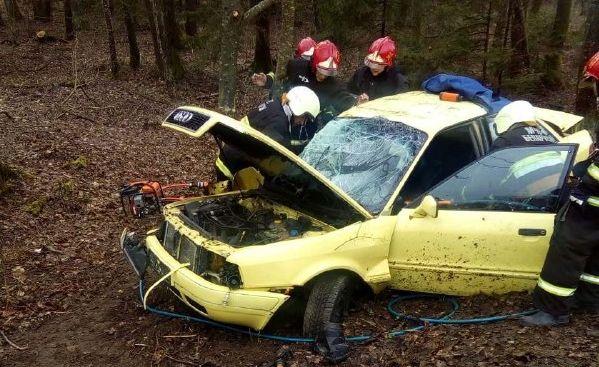 Под Слонимом Audi «вылетела» с дороги и врезалась в дерево