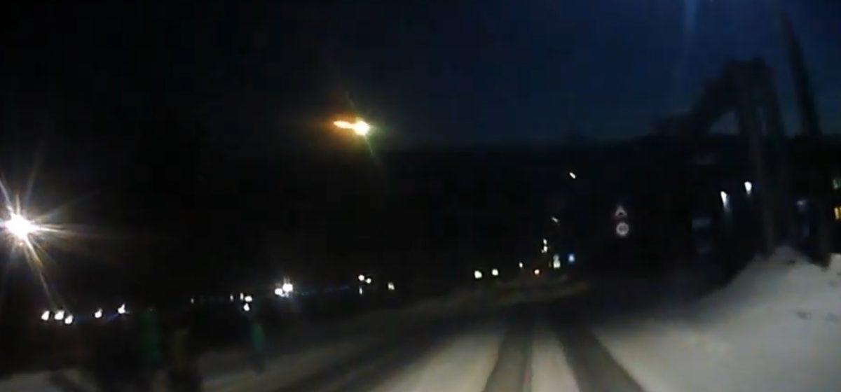 Водитель в Сибири снял на видео падение метеорита
