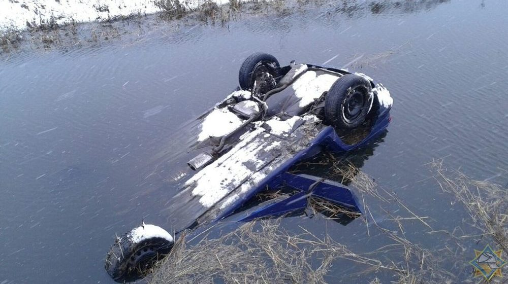 Пенсионер на Fiat вылетел с дороги в мелиоративный канал в Петриковском районе, мужчину чудом удалось спасти