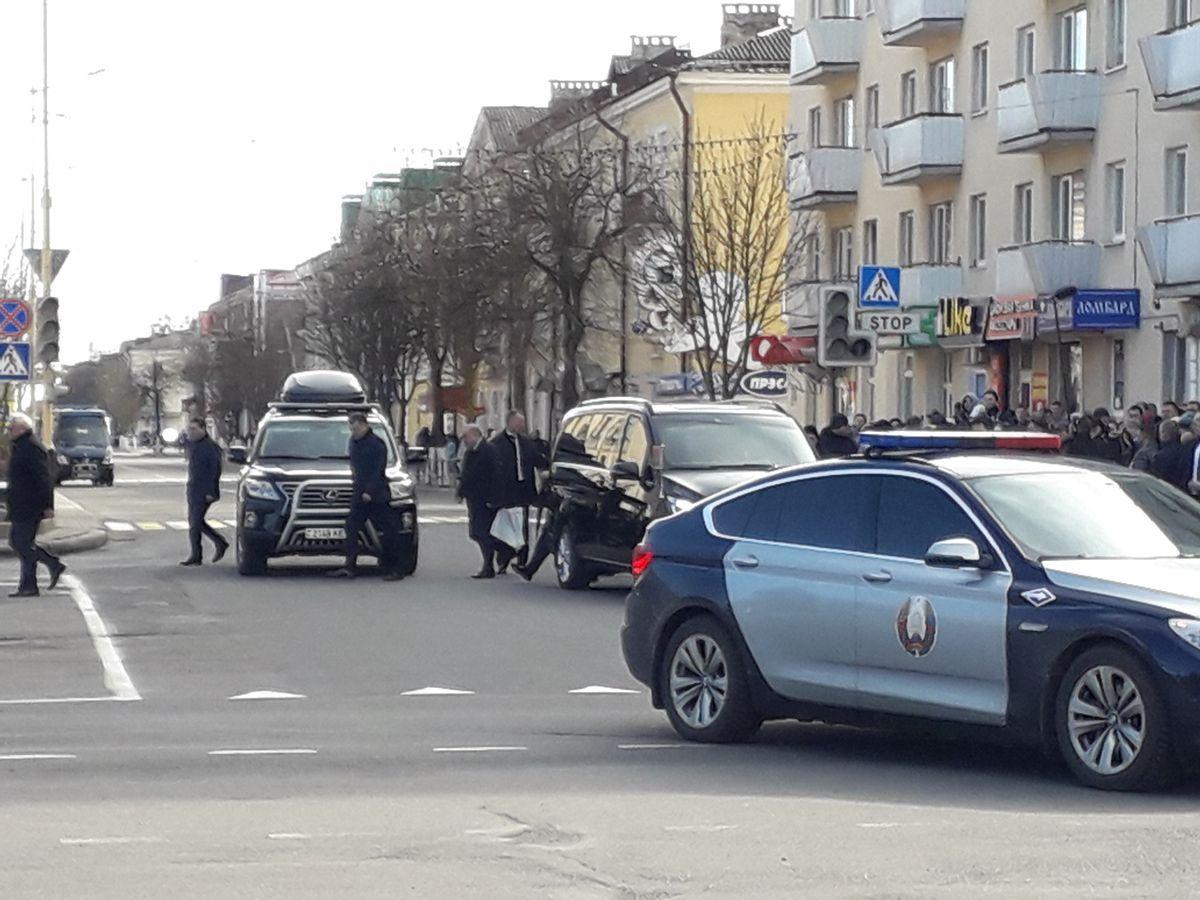 Кортеж президента уезжает в сторону Северного микрорайона. Фото: Татьяна МАЛЕЖ