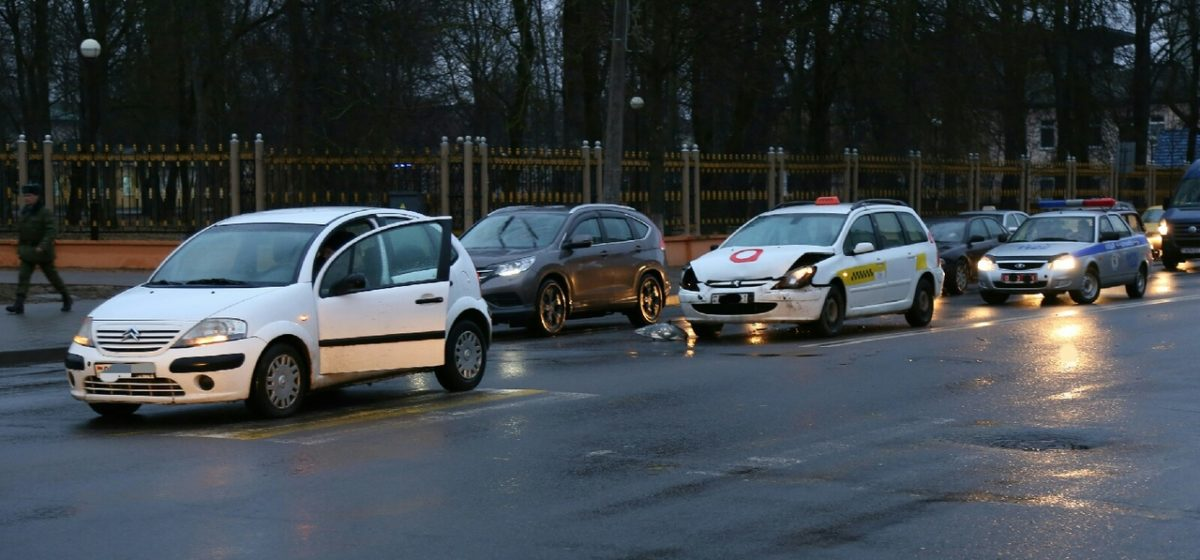 В Барановичах у молодого парка произошло ДТП (фотофакт)