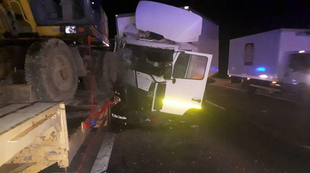 На трассе под Барановичами МАЗ въехал в грузовик, который перевозил погрузчик