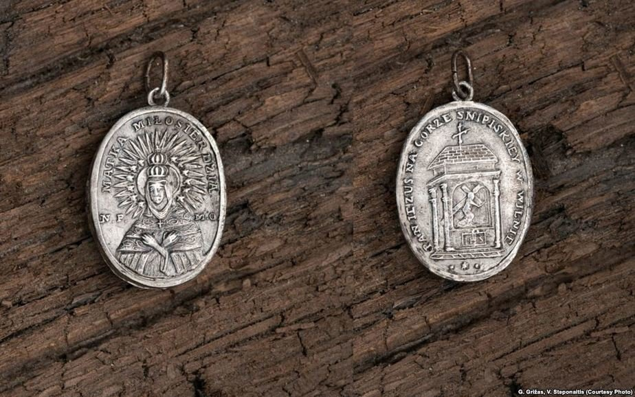 Медальон, найденный в могиле Калиновского. Фото: Радыё Свабода