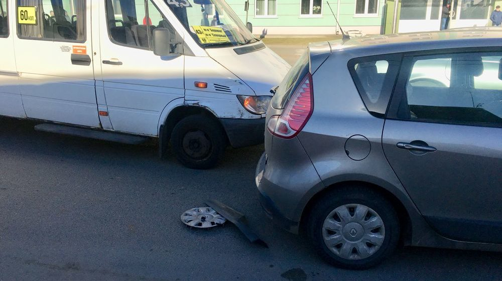 Маршрутка и легковушка столкнулись возле молочного комбината в Барановичах (видеофакт)