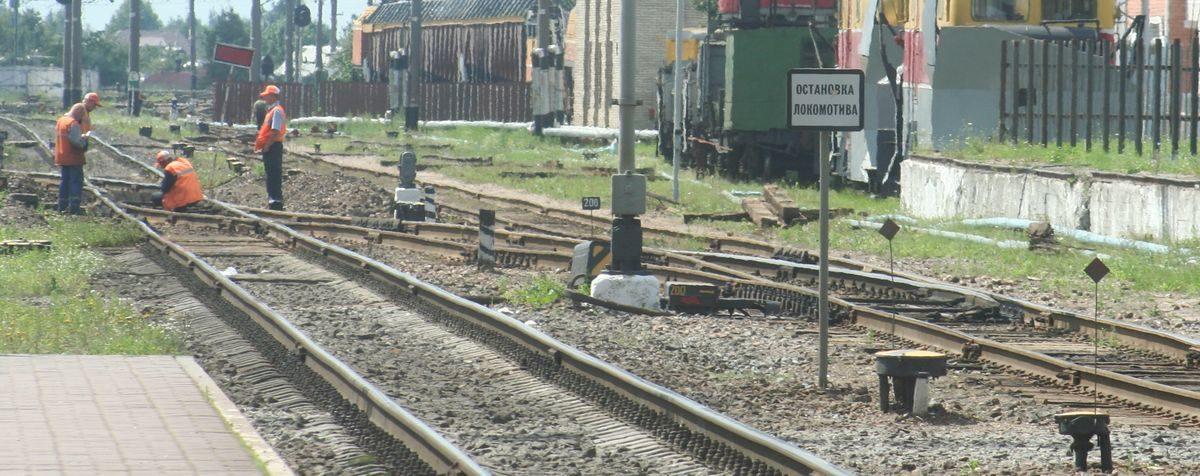 Под Бобруйском мужчина заснул на рельсах и не услышал, как над ним проехал поезд