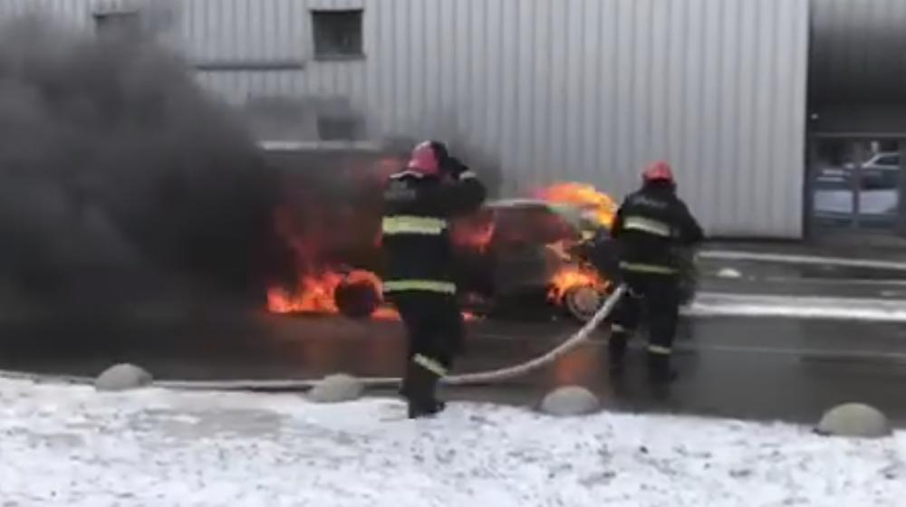 «Мерседес» полностью выгорел на стоянке «Арена-Сити» (видео)