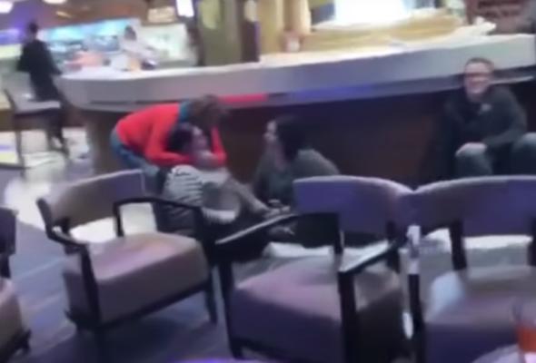 Пассажиры круизного лайнера сняли на видео, что происходит на корабле во время страшной качки