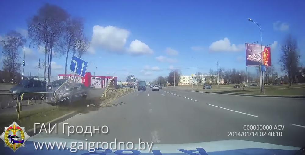 Пьяный бесправник на BMW в Гродно снес разделительное ограждение и чуть не врезался в автомобиль ГАИ