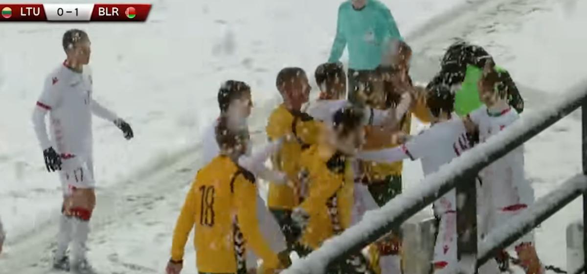 Матч молодежных сборных Беларуси и Литвы закончился дракой футболистов (видео)