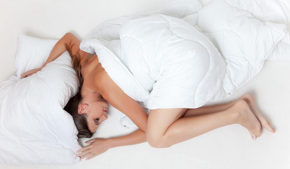 Ученые назвали самую вредную и самую полезную позу для сна