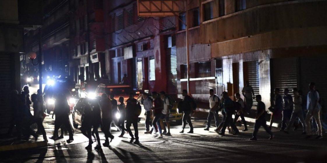 В Венесуэле почти в половине штатов пропал свет. Мадуро заявил, что идет «электрическая война», за которой стоят США