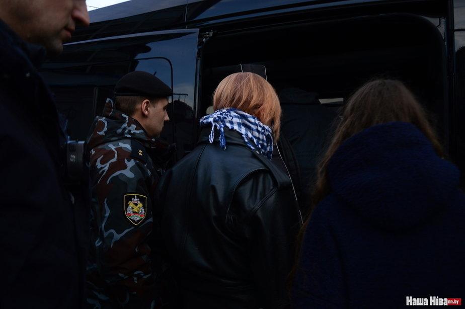 Лявона Вольского и его жену ведут в автозак. Фото: Наша Ніва