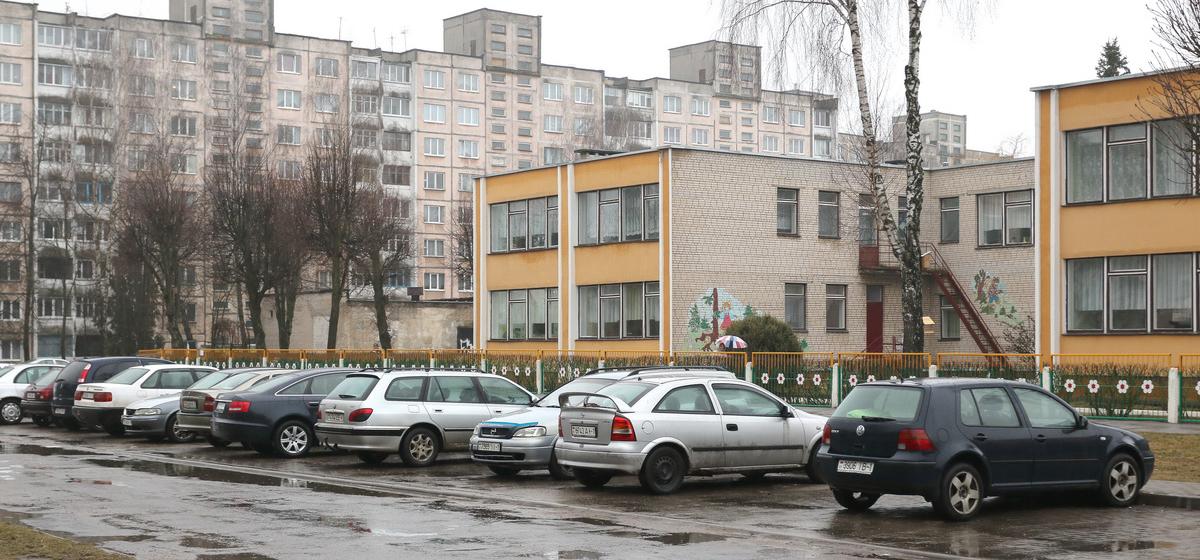 Конфликт из-за стоянки у детсада в Барановичах? Родители не могут припарковаться утром, жильцам соседних домов – негде ставить машины