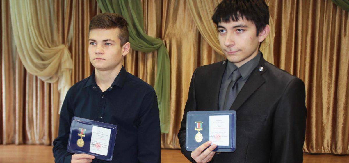 Министр внутренних дел наградил раненных в Столбцах школьников нагрудным знаком