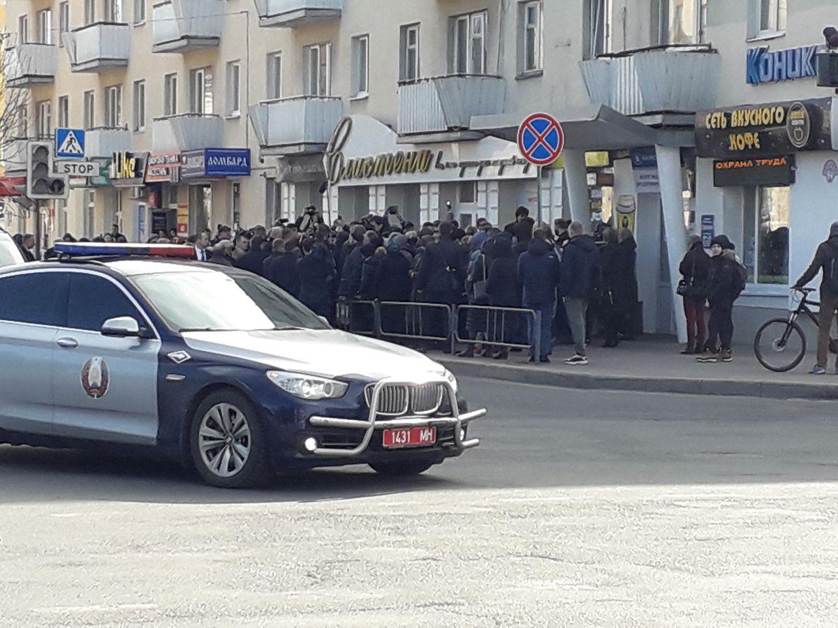 Александр Лукашенко общается с жителями Барановичей. Фото: Татьяна МАЛЕЖ