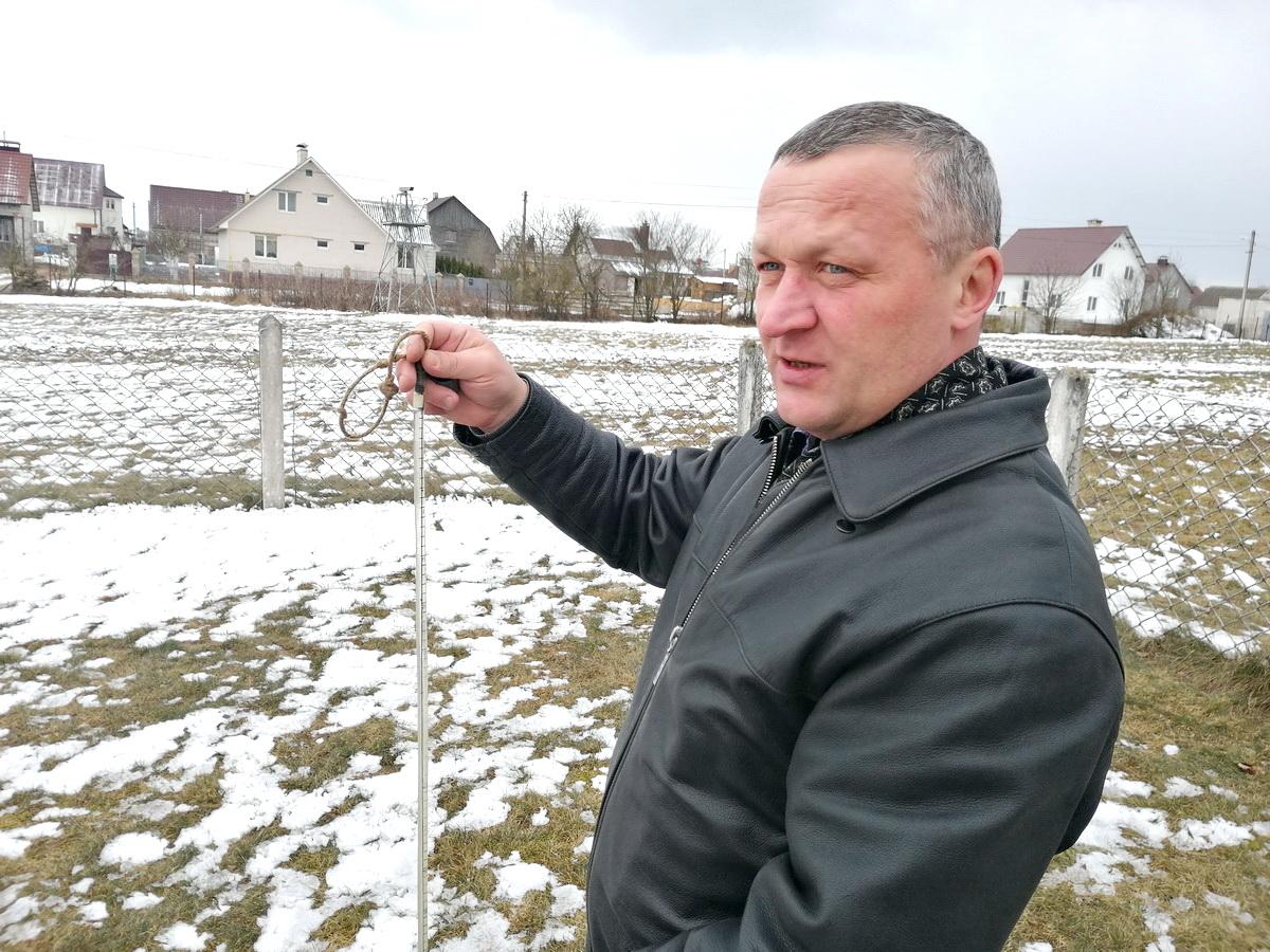 В руках Геннадия Гудея мерзлотомер - прибор, замеряющий промерзание и оттаивание почвы. Фото: Ксения СЕНЮК