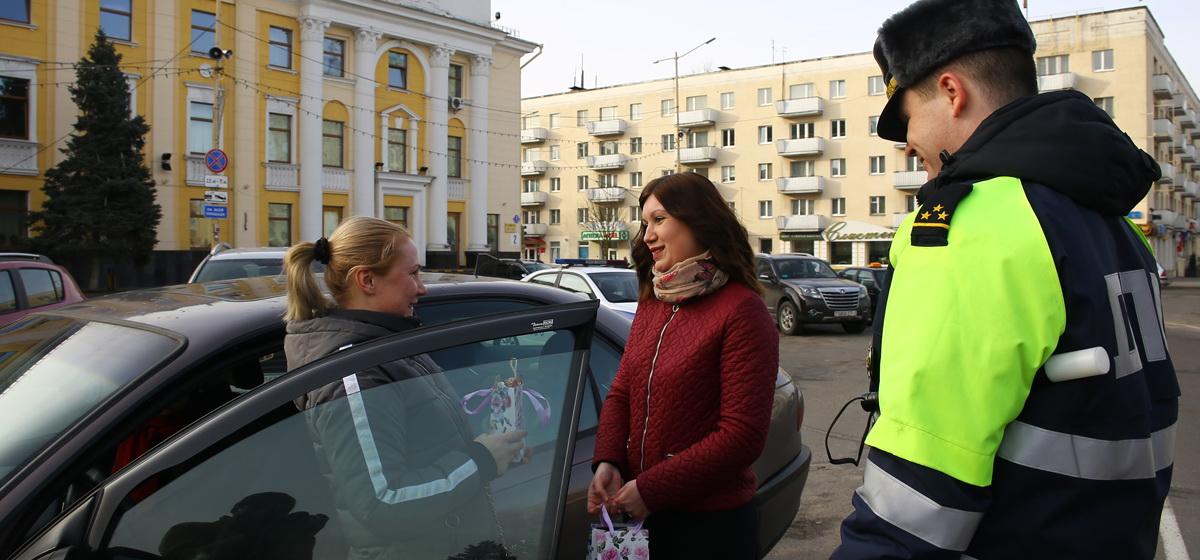 Специалист страховой компании Надежда Вилента вручает подарок автоледи. Фото: Татьяна МАЛЕЖ