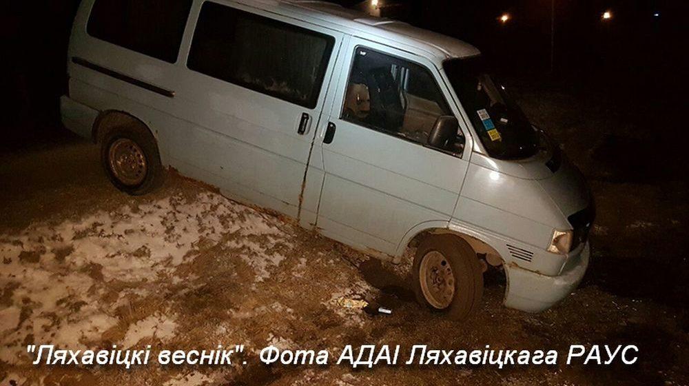 Микроавтобус съехал в кювет в Ляховичах. Водитель скрылся с места ДТП