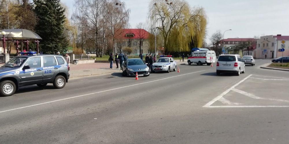 Автомобиль въехал в группу людей с детьми в Волковыске. Водителя пытались «линчевать» прохожие (фото)