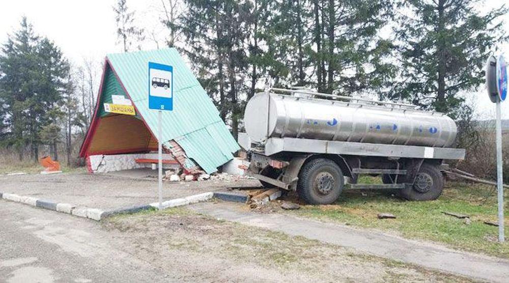Отцепившийся прицеп молоковоза врезался в остановку в Малоритском районе
