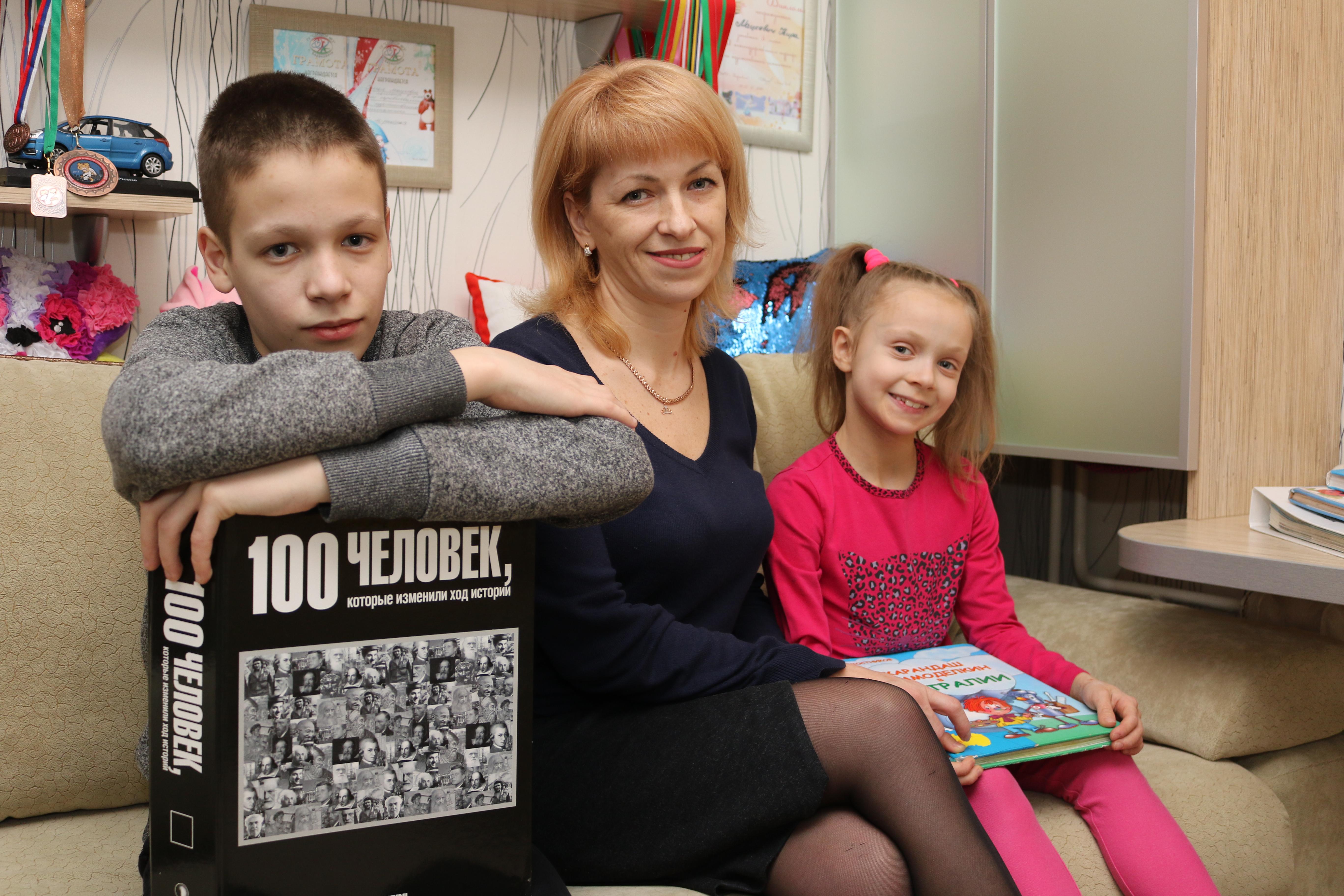 Наталья Мацкевич с сыном Артемом и дочкой Кирой. Фото: Александр ЧЕРНЫЙ