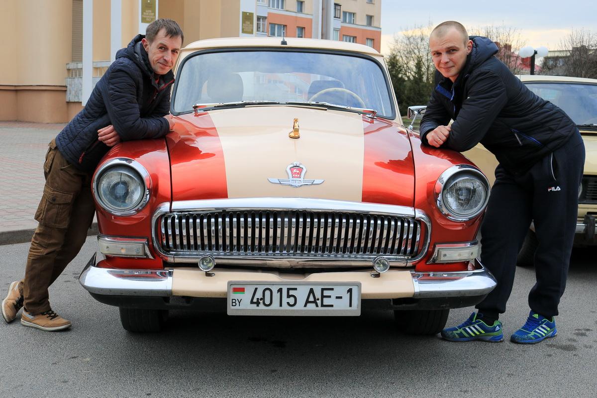 Юрий Королько (слева) и Алексей Дерман возле отреставрированной «Волги».  Фото: Александр ЧЕРНЫЙ