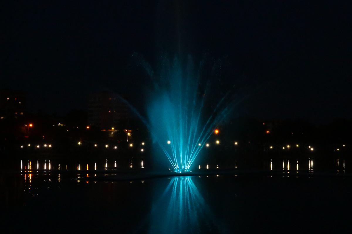 Плавающий фонтан на Светиловском озере. Фото: Александр ЧЕРНЫЙ