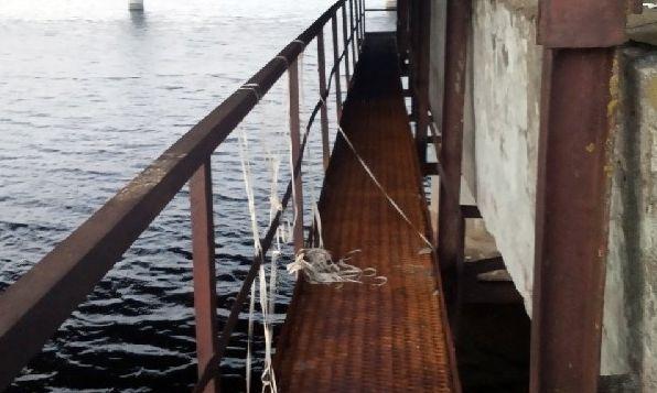 В Солигорске двое пьяных мужчин упали с моста в водохранилище и чуть не утонули