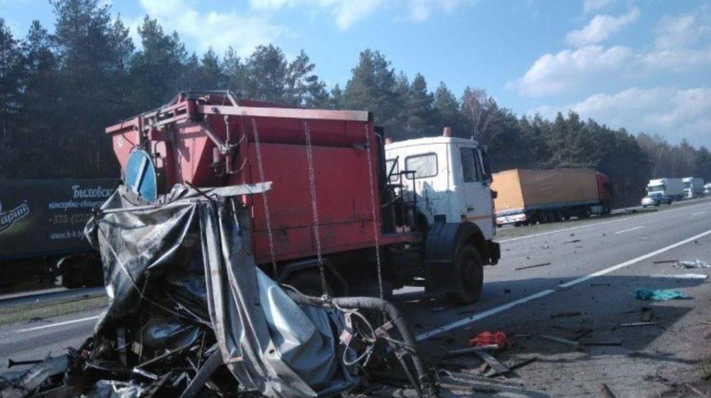 Стали известны подробности аварии фуры с автомобилем дорожной службы в Барановичском районе