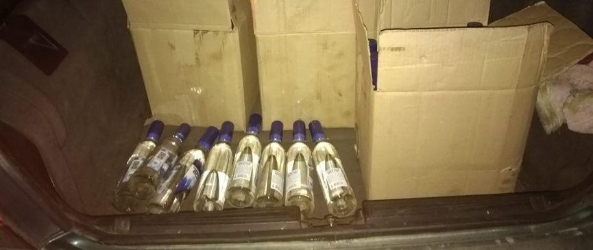 Под Барановичами задержали автомобилиста, который вез 180 бутылок водки без акцизных марок