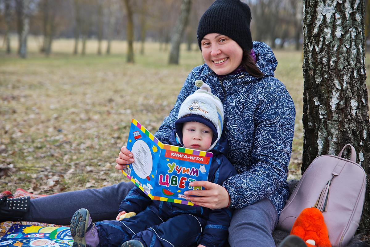 Виктория с Костей читают любимую книгу. Фото: Евгений ТИХАНОВИЧ